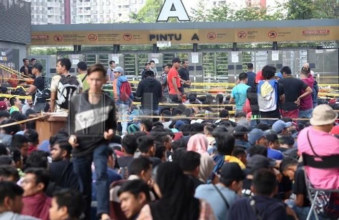 Người hâm mộ xếp hàng bên ngoài sân Bukit Jalil để đợi mua vé trận chung kết lượt đi giữa Việt Nam và Malaysia. Ảnh: NST.