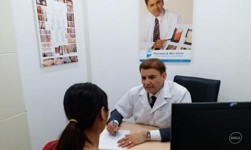 Giáo sư Tiến sĩ Michael Tirant tư vấn miễn phí cho bệnh nhân bệnh bạch biến.