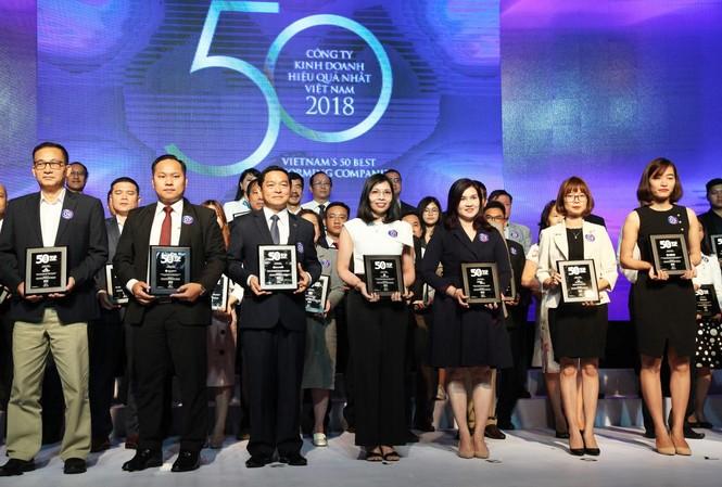 Đại điện Công ty CP Thế giới di động (áo trắng-đúng giữa) nhận giải thưởng