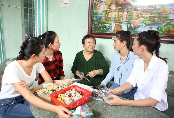 Thí sinh Miss World Vietnam giản dị để mặt mộc thực hiện Dự án Nhân ái