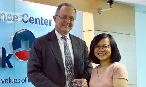Đại diện Ngân hàng Wells Fargo trao tặng giải thưởng đại diện VietinBank - Bà Vũ Thị Thanh Vân, Phó giám đốc Trung tâm Tài trợ thương mại