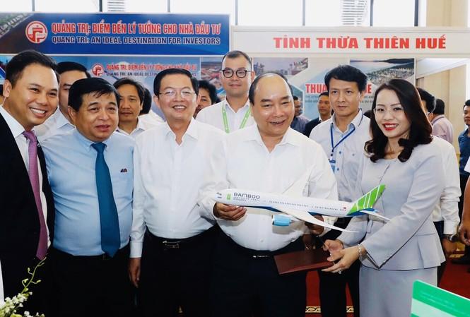 Thủ tướng Chính phủ thăm gian hàng của hãng hàng không Bamboo Airways tại Hội nghị (Ảnh:TTX)