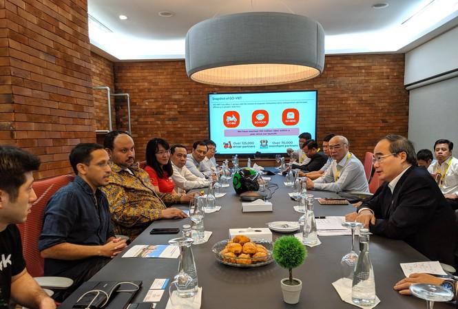 Bí thư Thành ủy TPHCM Nguyễn Thiện Nhân (phải) làm việc với nhà sáng lập Gojek