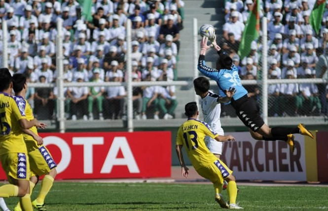 Hà Nội FC kiên cường bảo vệ thành quả trên sân của Á quân Altyn Asyr. Ảnh: AFC