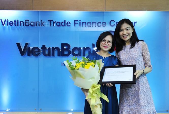 Đại diện Trung tâm TTTM VietinBank (bên trái) nhận giải thưởng từ Deutsche Bank