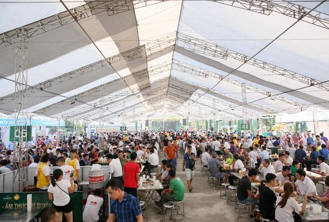 Đông đảo người dân đến tham dự ngày hội từ rất sớm
