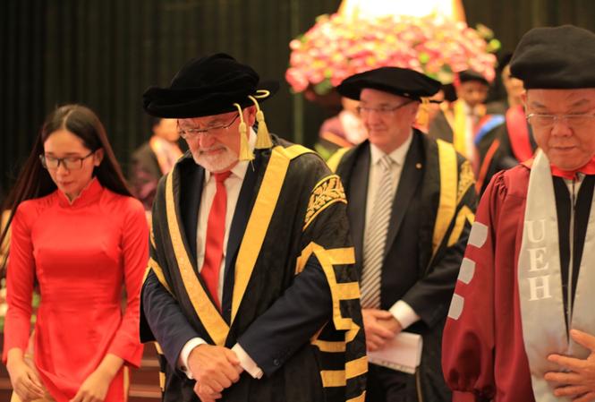 Giáo sư Peter Shergold AC, Chủ tịch Hội đồng Đại học Western Sydney và Giáo sư Tiến sĩ Nguyễn Đông Phong, Hiệu trưởng trường Đại học Kinh tế TP Hồ Chí Minh tại lễ trao học bổng BBUS và MBA Talent 2019 - Ảnh HIẾU MINH