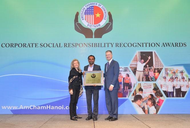 Đại Sứ Hoa Kỳ tại Việt Nam, Ngài Daniel J. Kritenbrink, trao giải thưởng CSR cho Công ty P&G Việt Nam