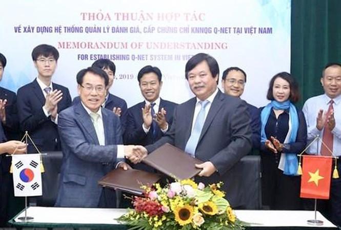 Ông Nguyễn Hồng Minh (phải) - Tổng cục trưởng Tổng cục Giáo dục nghề nghiệp và ông Mu Jang Byun (trái) - Phó chủ tịch Cơ quan Phát triển nguồn nhân lực Hàn Quốc (HRD) ký kết thỏa thuận hợp tác.