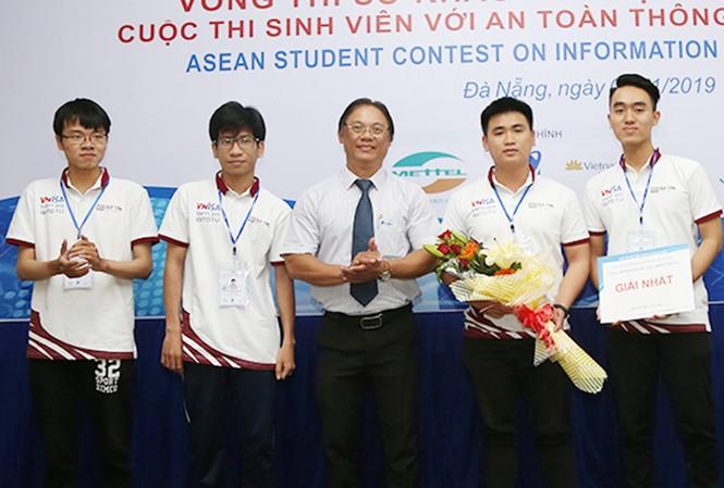 Ban Tổ chức trao giải Nhất cho đội tuyển ISITDTU của ĐH Duy Tân