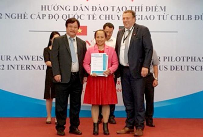 Lãnh đạo Tổng cục Giáo dục Nghề nghiệp trao Chứng chỉ cho các giáo viên đã được đào tạo tại Đức.