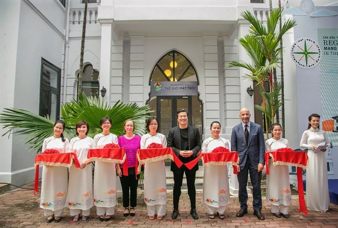 Ông Thanh Bùi (giữa), nhà sáng lập Embassy Education cắt băng khánh thành trường mầm non Little Em's cùng Tiến sĩ Claudia Giudici, chủ tịch Reggio Children (Ý) và ông Dante Brandi, Tổng lãnh sự Ý tại Việt Nam