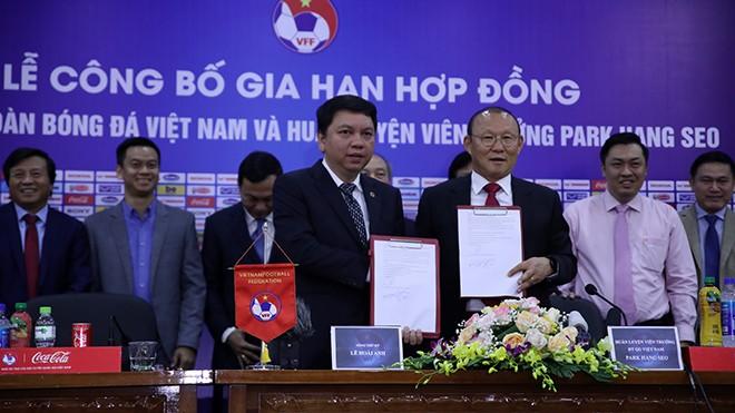 TTK VFF Lê Hoài Anh (trái) và HLV Park Hang Seo trong lễ ký kết gia hạn hợp đồng. Ảnh: Hoàng Linh