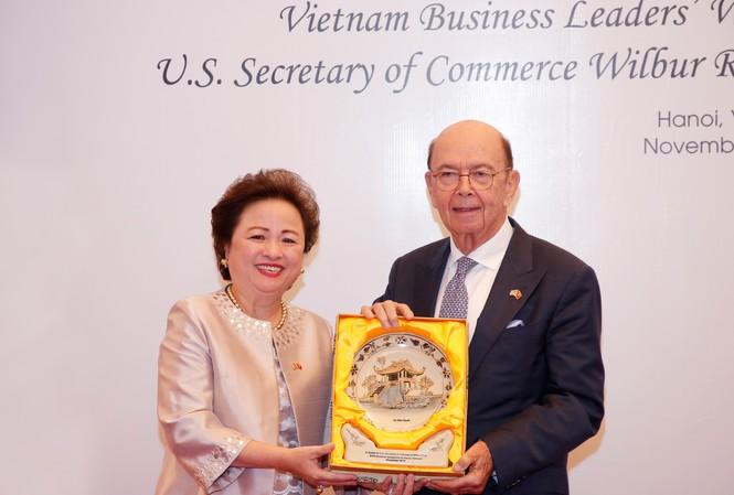 Madame Nga tặng Bộ trưởng Thương mại Hoa Kỳ tác phẩm Gốm Chu Đậu với hình Chùa Một Cột của Việt Nam