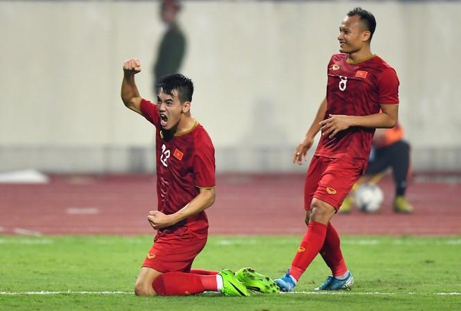 Những chiến thắng nối tiếp nhau của các tuyển thủ Quốc Gia Việt Nam ở loạt trận vừa qua khiến người hâm mộ cả nước vỡ òa hạnh phúc.