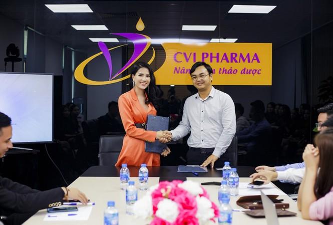 Bà Nguyễn Bảo Trang, Chủ tịch HĐQT Công ty Cổ phần Dược phẩm Quốc Tế EvaCare và Ông Phan Văn Hiệu, Chủ tịch HĐQT Công ty Cổ phần Dược Mỹ phẩm CVI ký kết hợp tác chiến lược