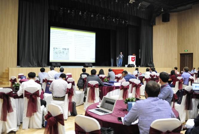 Các chuyên gia tham dự hội nghị tại trường ĐH Văn Lang
