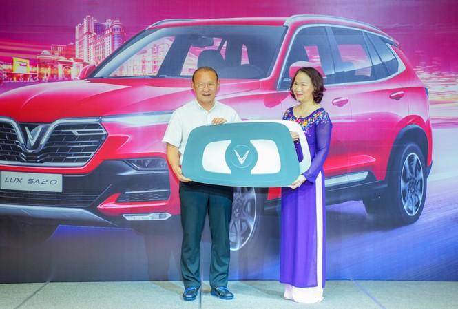 HLV Park Hang-seo nhận chìa khóa tượng trưng chiếc xe VinFast Lux SA2.0 từ bà Hoàng Bạch Dương – Giám đốc chi nhánh TP.HCM Tập đoàn Vingroup