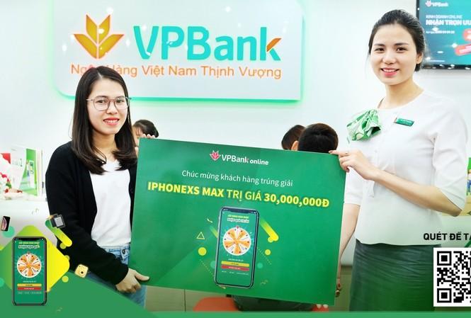 Chị Hoàng Thị Hoài Phương nhận giải tại chi nhánh VPBank Ngô Quyền