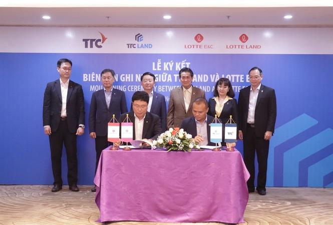 Ông Nguyễn Đăng Thanh – Chủ tịch HĐQT TTC Land và ông HAN Yong Soo - Phó Chủ tịch Điều hành Lotte E&C Hàn Quốc, ký kết biên bản ghi nhớ