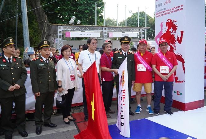 Phó Tổng giám đốc Vietjet Đỗ Xuân Quang trao giải thưởng 4 vé khứ hồi quốc tế cho đội vô địch nội dung Ekiden 2019