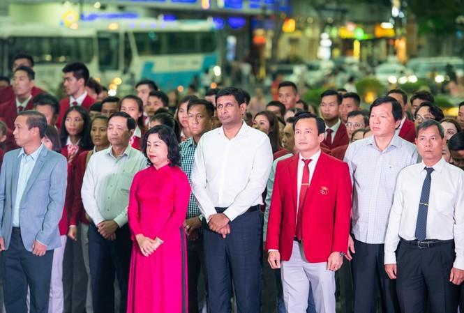 Ông Ganesan Ampalavanar, TGĐ Nestlé Việt Nam, cùng các đại biểu và đoàn thể thao Việt Nam dâng hoa Bác Hồ