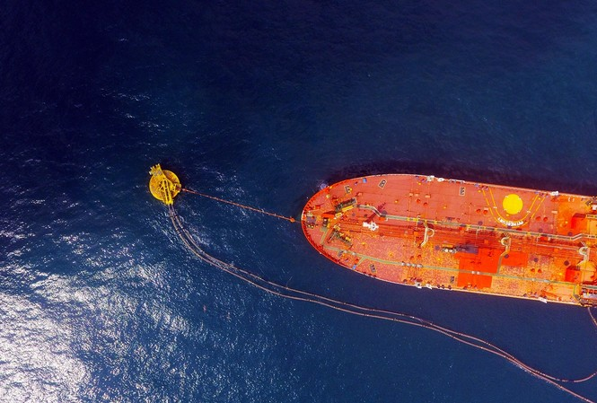 Tàu nhập dầu thô tại phao SPM NMLD Dung Quất