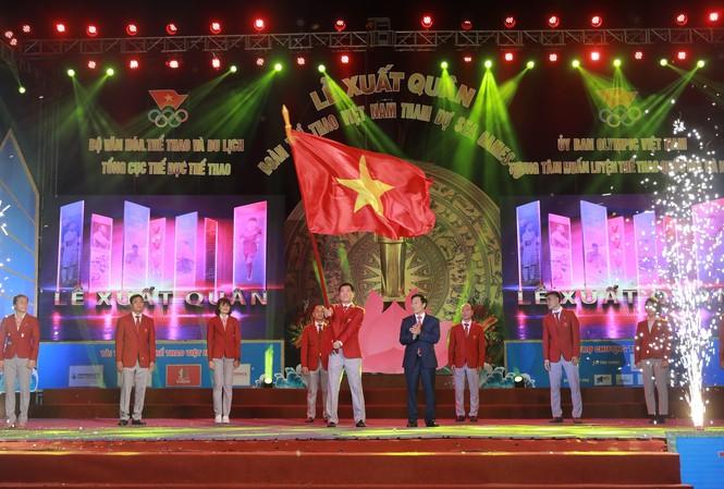 Nghi thức trao cờ tổ quốc cho đoàn thể thao Việt Nam trong lễ xuất quân