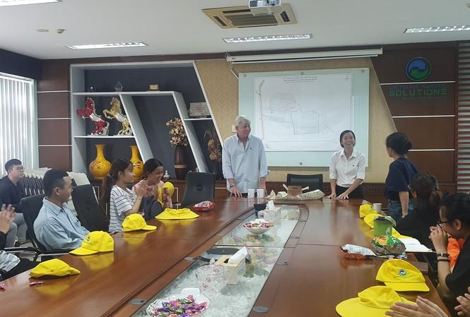 Đoàn sinh viên được vị giám đốc điều hành VWS tiếp đón