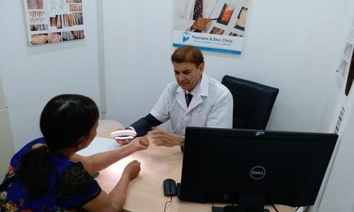 Giáo sư Tiến sĩ Michael Tirant tư vấn miễn phí cho bệnh nhân vẩy nến.