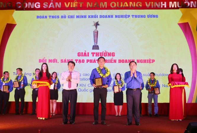 Đại diện Tuổi trẻ KCM nhận vinh danh tại Lễ trao giải