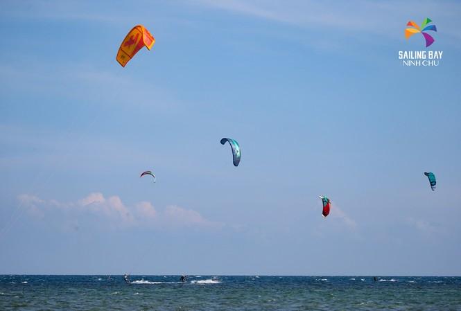 'Đại tiệc' lướt ván diều quốc tế tại biển Ninh Chữ