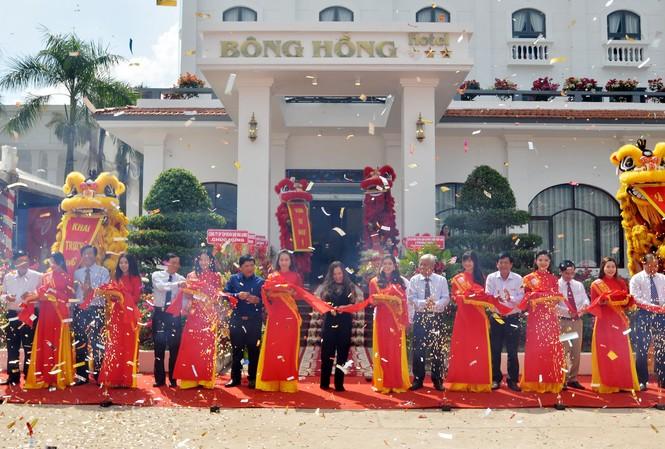 Các đại biểu cắt băng khánh thành Khách sạn Bông Hồng