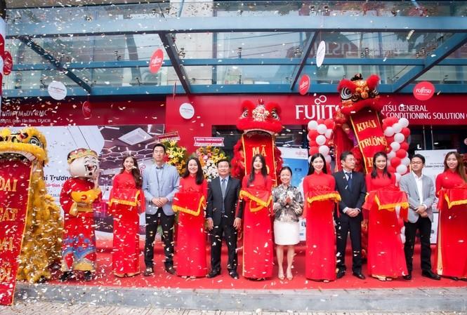 Nghi thức cắt băng chính thức khai trương showroom Fujitsu đầu tiên tại Việt Nam
