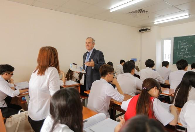 Sinh viên ngành Kinh doanh quốc tế được đào tạo tiếng Anh song song với kiến thức chuyên môn