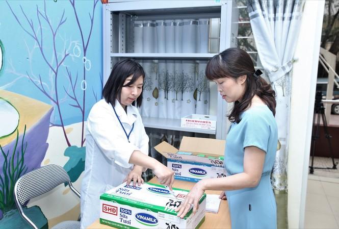 Sữa được giáo viên trực tiếp đứng lớp, cán bộ y tế và nhân sự quản lý của nhà trường cùng kiểm tra kỹ về tình trạng bao bì, hạn sử dụng…