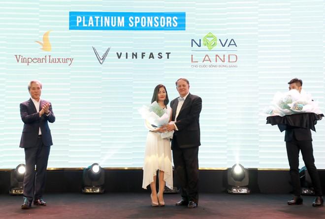 Đại diện Tập đoàn Novaland nhận hoa tri ân cho Nhà tài trợ Bạch Kim trong chương trình.