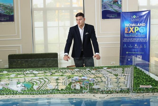 Đặng Văn Lâm tham quan sa bàn Dự án NovaWorld Phan Thiet – Bình Thuận