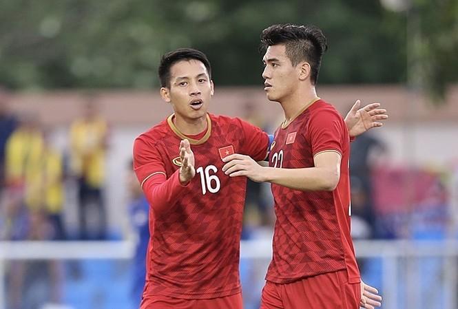 Hùng Dũng (trái) là một trong những cầu thủ trên 22 tuổi của Việt Nam tại SEA Games. Ảnh: Lâm Đồng.