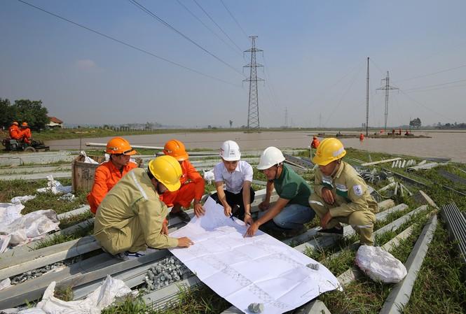 Cán bộ kỹ thuật của NPMB cùng đại diện đơn vị thi công và tư vấn phối hợp kiểm tra việc dựng cột