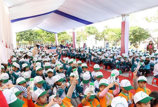 Trẻ em và học sinh tiểu học ở Hà Nam trong ngày phát động chương trình SHD