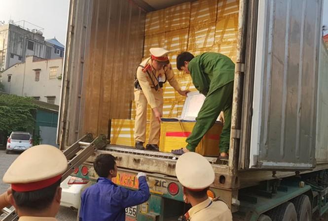 Đội Cảnh sát giao thông số 10, Phòng Cảnh sát giao thông CATP Hà Nội phối hợp với lực lượng chức năng bắt giữ xe Container chở 25 tấn nội tạng vào hồi tháng 8 vừa qua