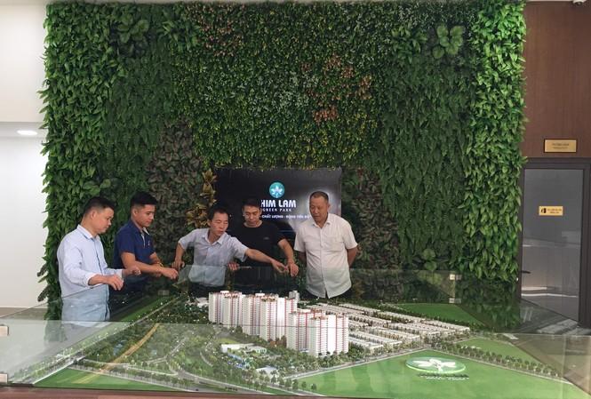 Nhiều khách nước ngoài quan tâm và đến tìm hiểu Him Lam Green Park