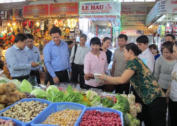 HĐND TP Hồ Chí Minh giám sát về an toàn thực phẩm tại chợ Bến Thành. Ảnh: HL