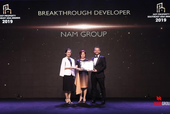 """Đại diện Nam Group nhận giải thưởng """"Breakthrough Developer – Nhà phát triển BĐS đột phá nhất Đông Nam Á 2019"""" dành cho Tập đoàn"""