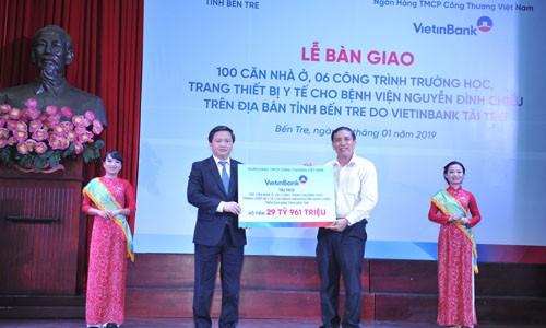Chủ tịch HĐQT VietinBank Lê Đức Thọ trao biển tài trợ cho tỉnh Bến Tre năm 2019