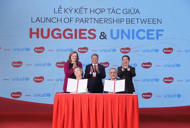 Kí kết hợp tác giữa HUGGIES và UNICEF tại sự kiện