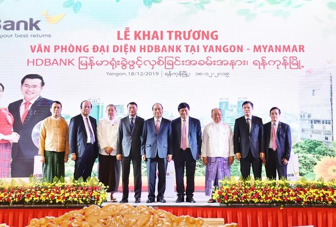 Thủ tướng Chính phủ Nguyễn Xuân Phúc tham dự và phát biểu chúc mừng tại buổi lễ khai trương của HDBank nhân chuyến công du, thăm chính thức Cộng hòa Liên bang Myanmar