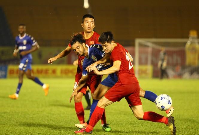 Các cầu thủ B.Bình Dương (xanh) cho thấy sự bản lĩnh trước các cầu thủ trẻ U20 Việt Nam