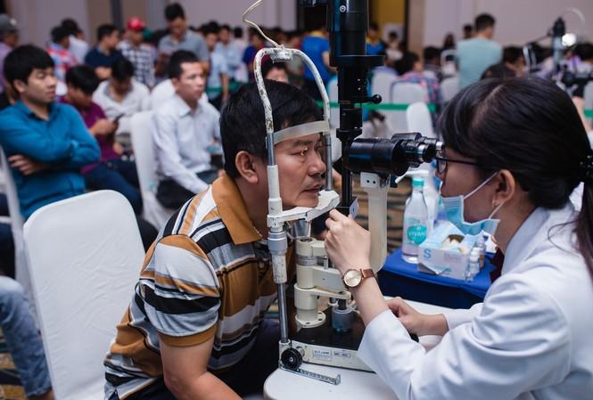 Nhiều tài xế xếp hàng để được y bác sĩ từ Bệnh viện mắt Cao Thắng kiểm tra